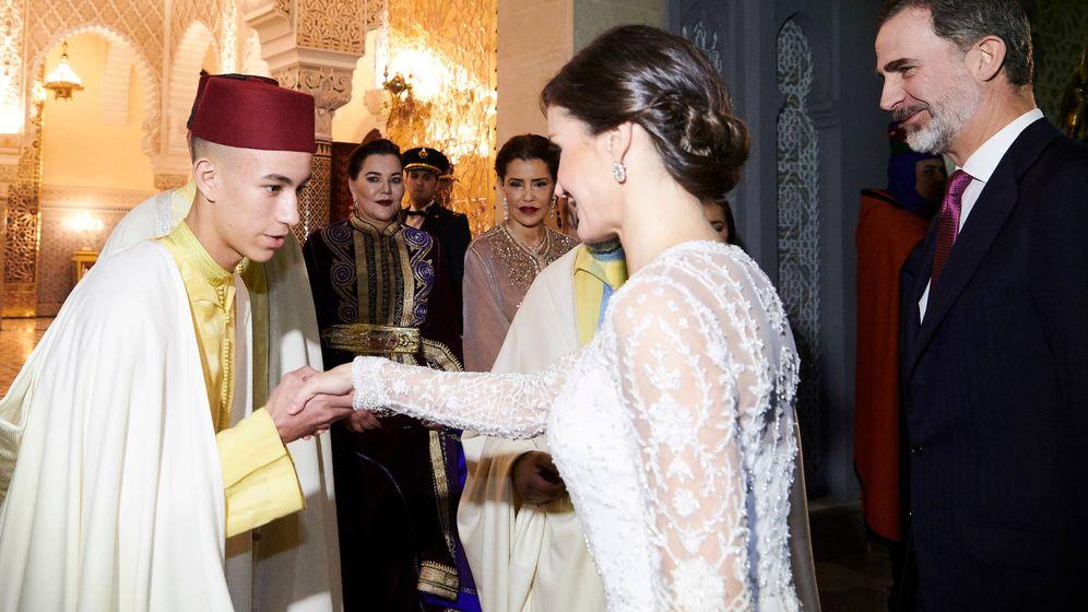 Foto: La Reina saluda a Mulay Hassan ante la mirada de sus tías. (Limited Pictures)