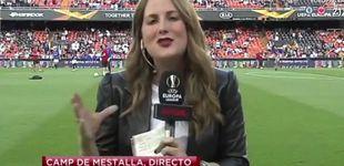 Post de Una periodista de Gol recibe un balonazo en directo en la previa Valencia-Arsenal