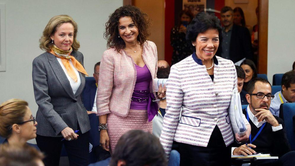 Foto: La ministra de Hacienda, María Jesús Montero (c), la ministra Portavoz, Isabel Celaá (d), y la de Economía, Nadia Calviño, durante la rueda de prensa posterior al Consejo de Ministros. (EFE)