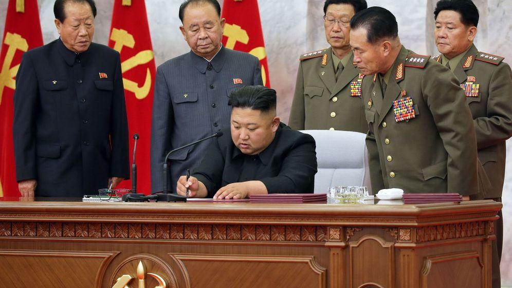 Foto:  El líder norcoreano, Kim Jong Un (c), mantiene una reunión con la cúpula militar en Piongyang (EFE)