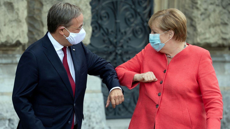 Armin Laschet, nuevo líder de la CDU, junto a Ángela Merkel. (EFE)