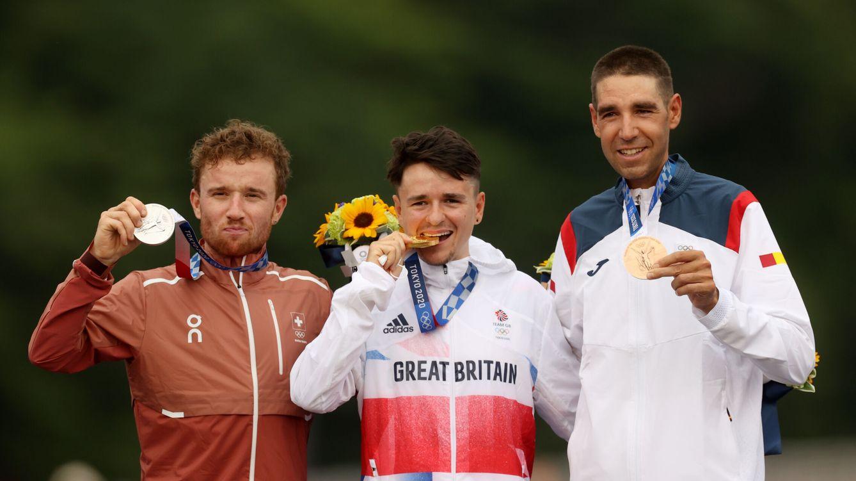 Foto: Tom Pidcock, Mathias Fluckiger y David Valero, en la entrega de medallas. (Reuters)