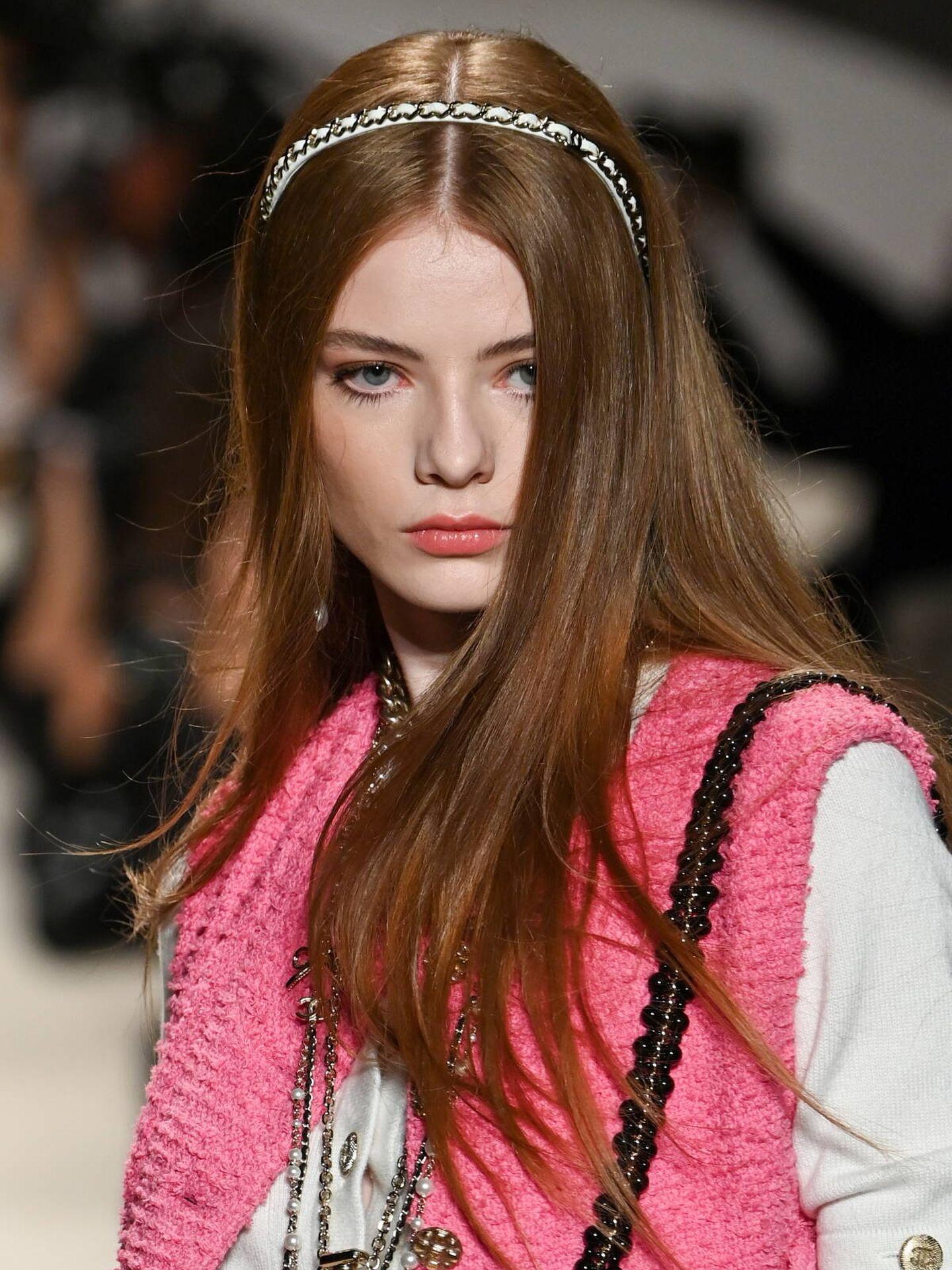 Chanel ha sido una de las firmas que ha apostado por las diademas finas. (Getty)