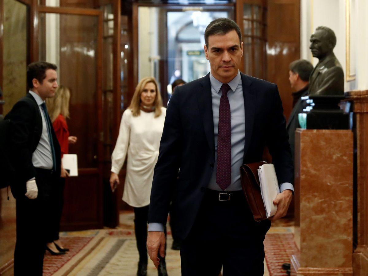 Foto: El presidente del Gobierno, Pedro Sánchez, en los pasillos del Congreso. (Efe)