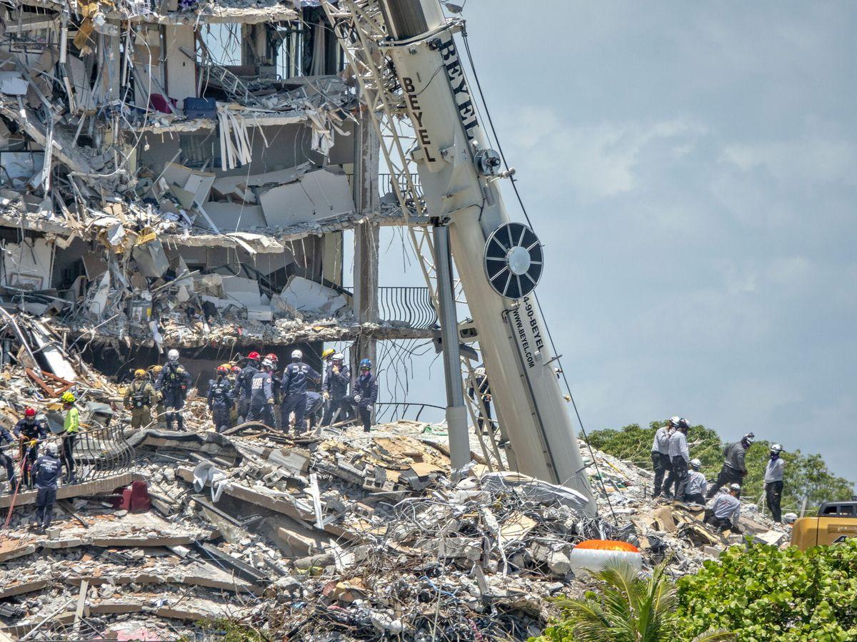 Foto: Labores de rescate entre los escombros. (EFE)