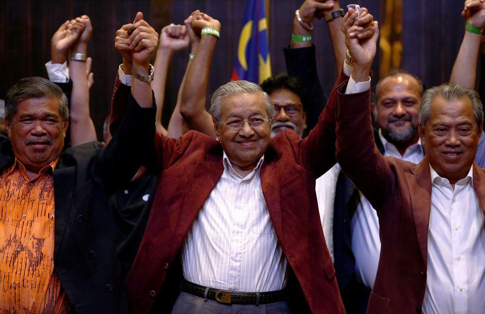 Foto: El líder opositor Mahatir Mohamad y otros miembros de su coalición reaccionan tras conocerse su victoria. (Reuters)
