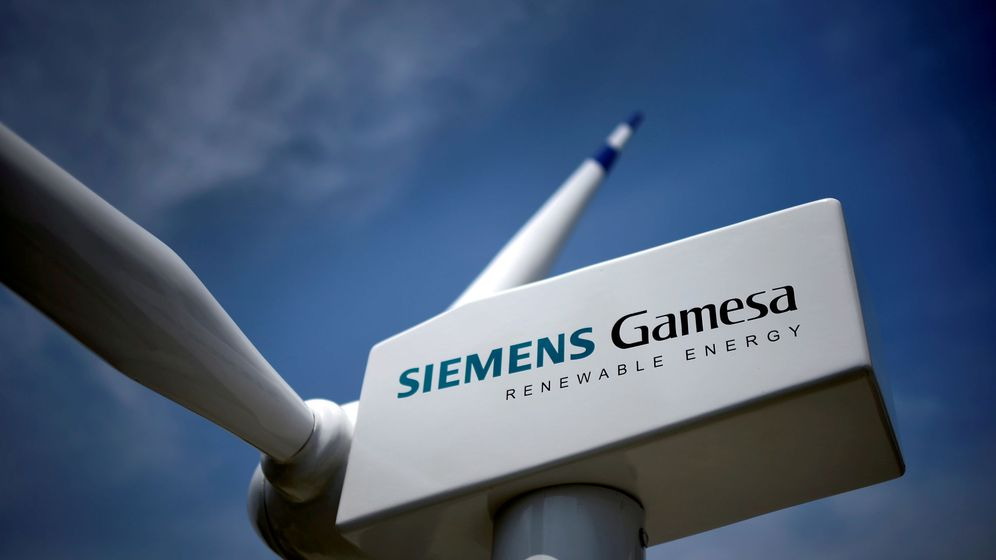 Foto: File photo: a model of a wind turbine with the siemens gamesa logo is displayed outside the annual general shareholders meeting in zamudio