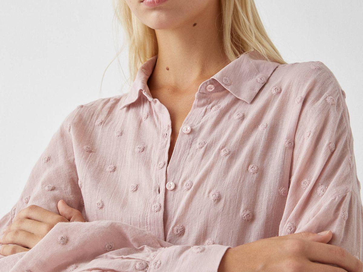 Foto: Camisa plumeti de Pull and Bear. (Cortesía)