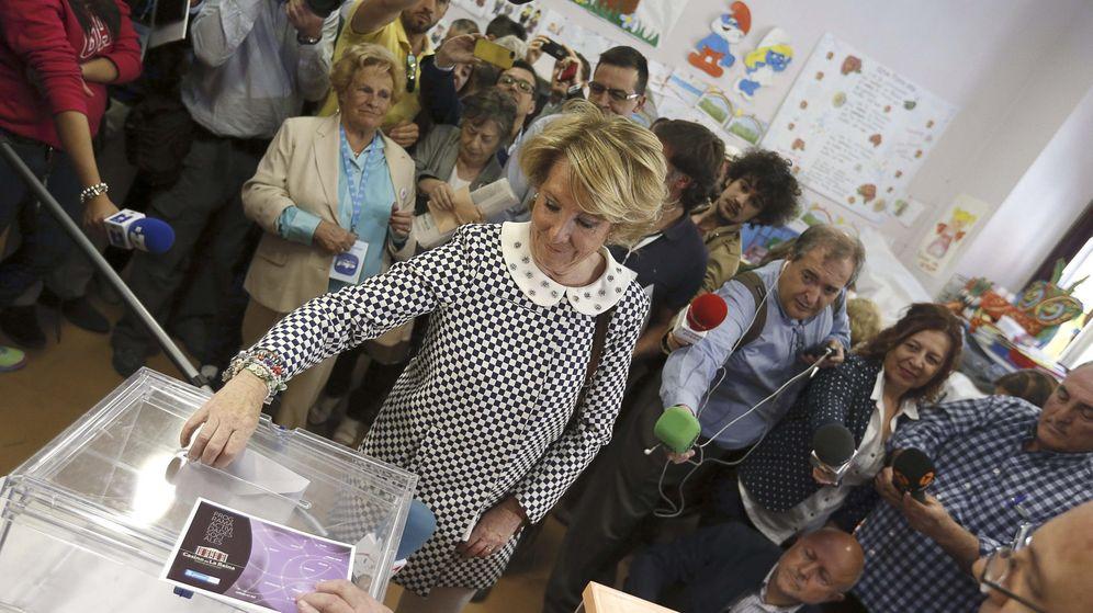 Foto: La presidenta del Partido Popular de Madrid, Esperanza Aguirre, vota en las elecciones del domingo. (EFE)