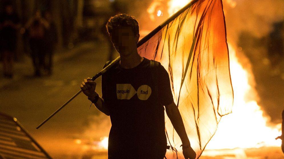 Foto: Altercados tras la manifestación en el primer aniversario del 1-O. (EFE)