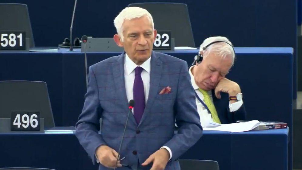 Foto: José Manuel García Margallo, aparentemente dormido, durante la intervención de Jerzy Buzek (Foto: YouTube)