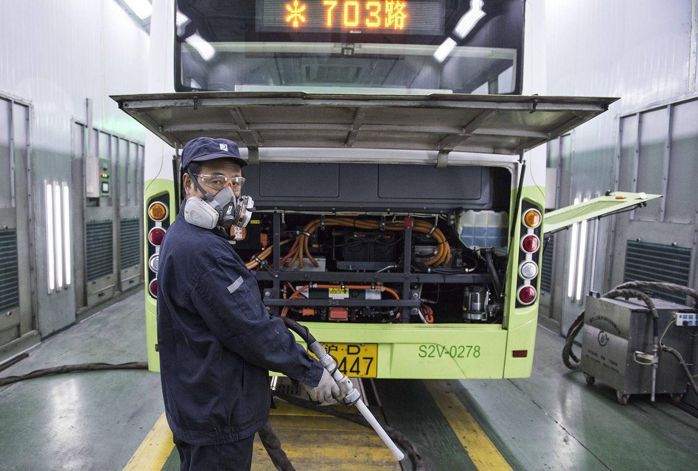 Túnel de lavado con hielo seco de los autobuses eléctricos. (Z. Aldama)