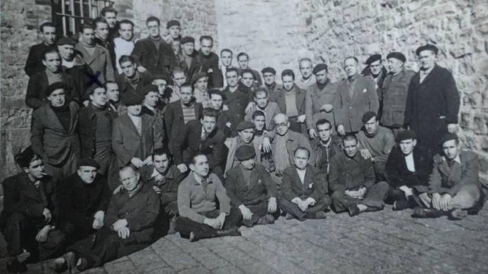 Foto: Un grupo de presos del fuerte San Cristóbal, en 1941, entre ellos algún fugado que se salvó de ser ajusticiado.