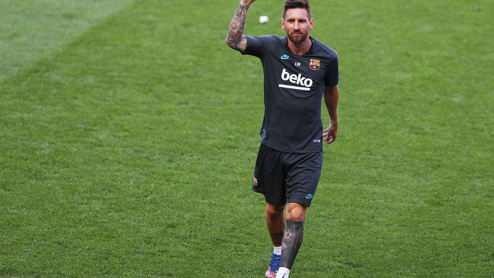 Foto: Messi saluda en la última sesión de entrenamientos previa al duelo contra el Bayern. (Efe)