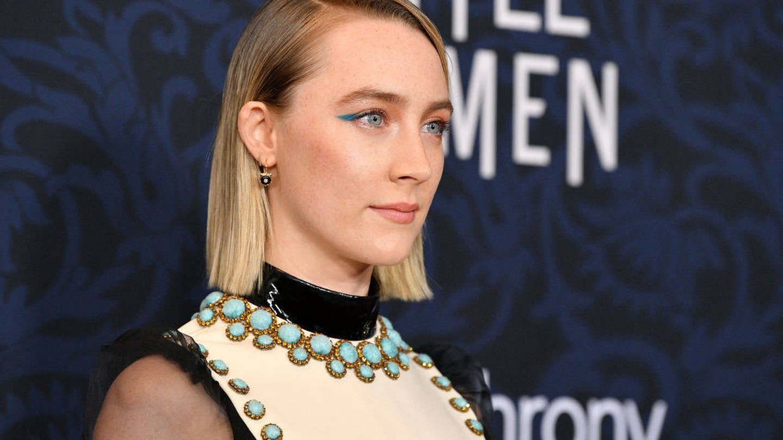 Saoirse Ronan con un delineado azul en la premier de 'Mujercitas'. (Getty)