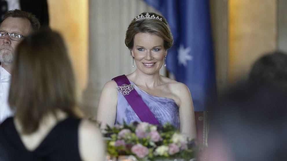 Matilde de Bélgica homenajea a Fabiola con su tiara en una cena de gala