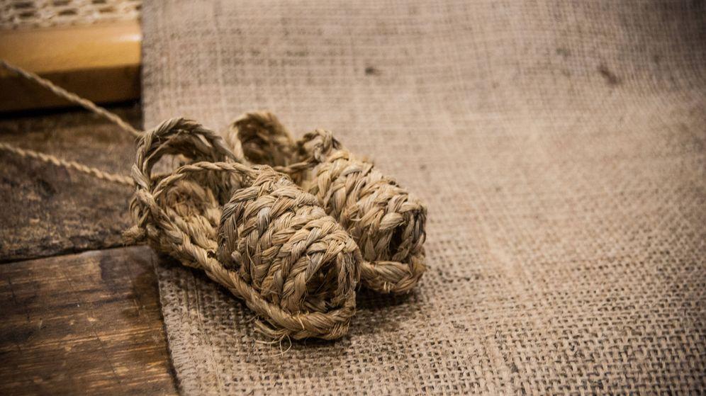 Foto: Unas mini zapatillas hechas de esparto sobre una tela de yute. (Carmen Castellón)