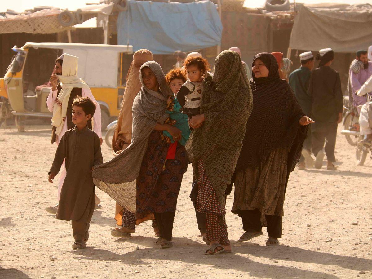 Foto: Una familia en la frontera afgana-pakistaní, cerrada por los talibanes. (Reuters)
