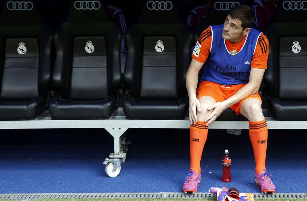 Foto: Iker Casillas en el banquillo del Bernabéu (EFE)