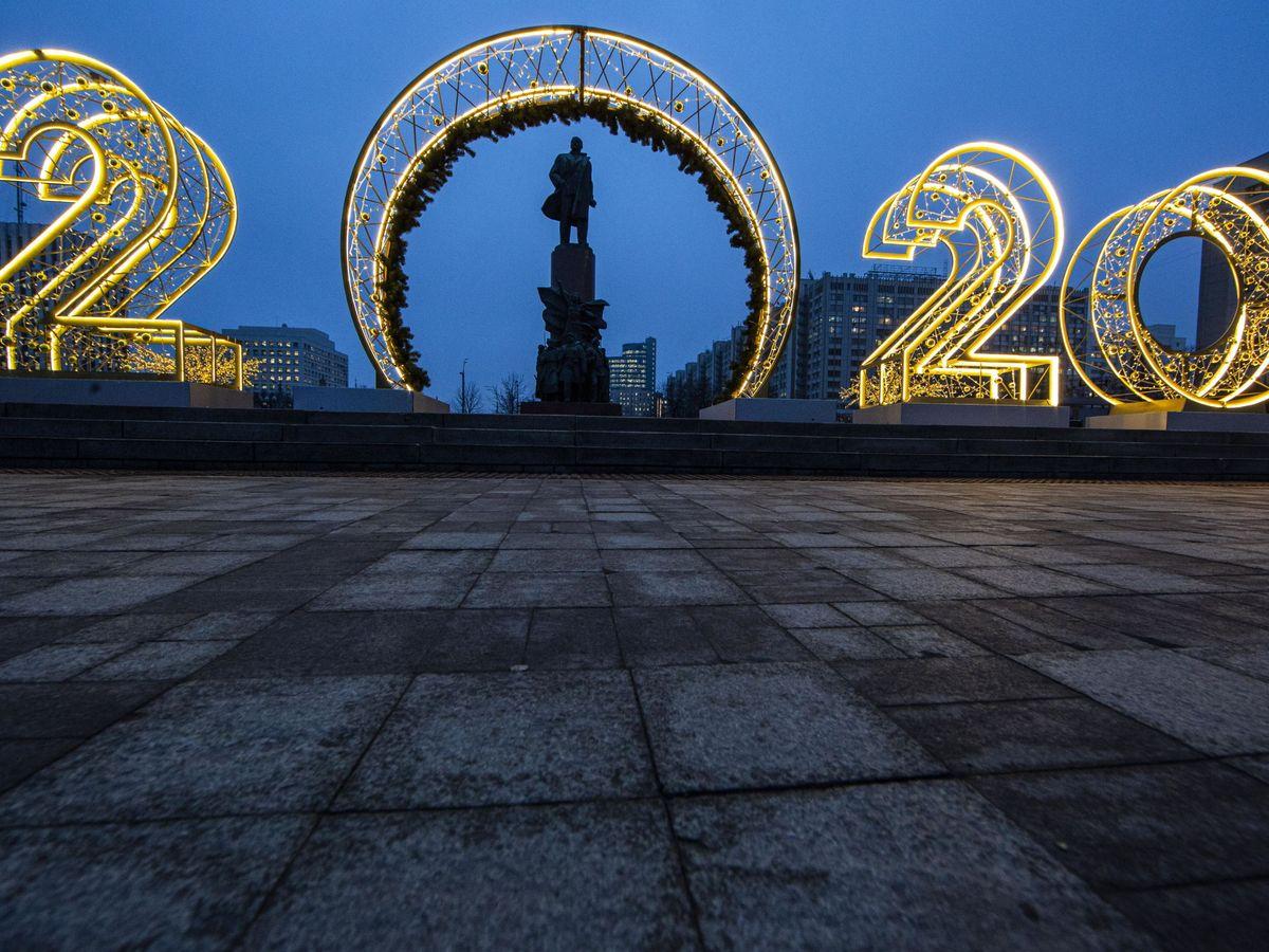 Foto: Decoración navideña con los números del próximo año. (EFE)