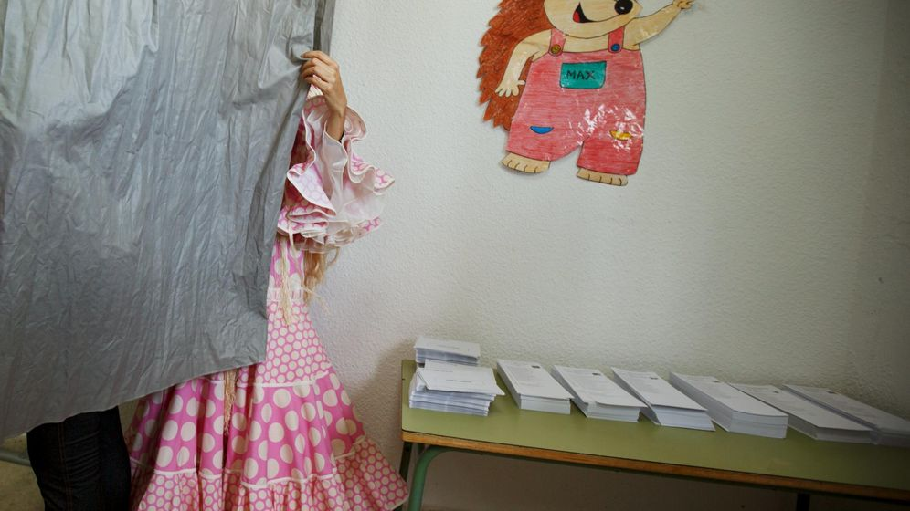 Foto: Una mujer elige su voto dentro de una de las cabinas en las pasadas elecciones municipales. (Reuters)