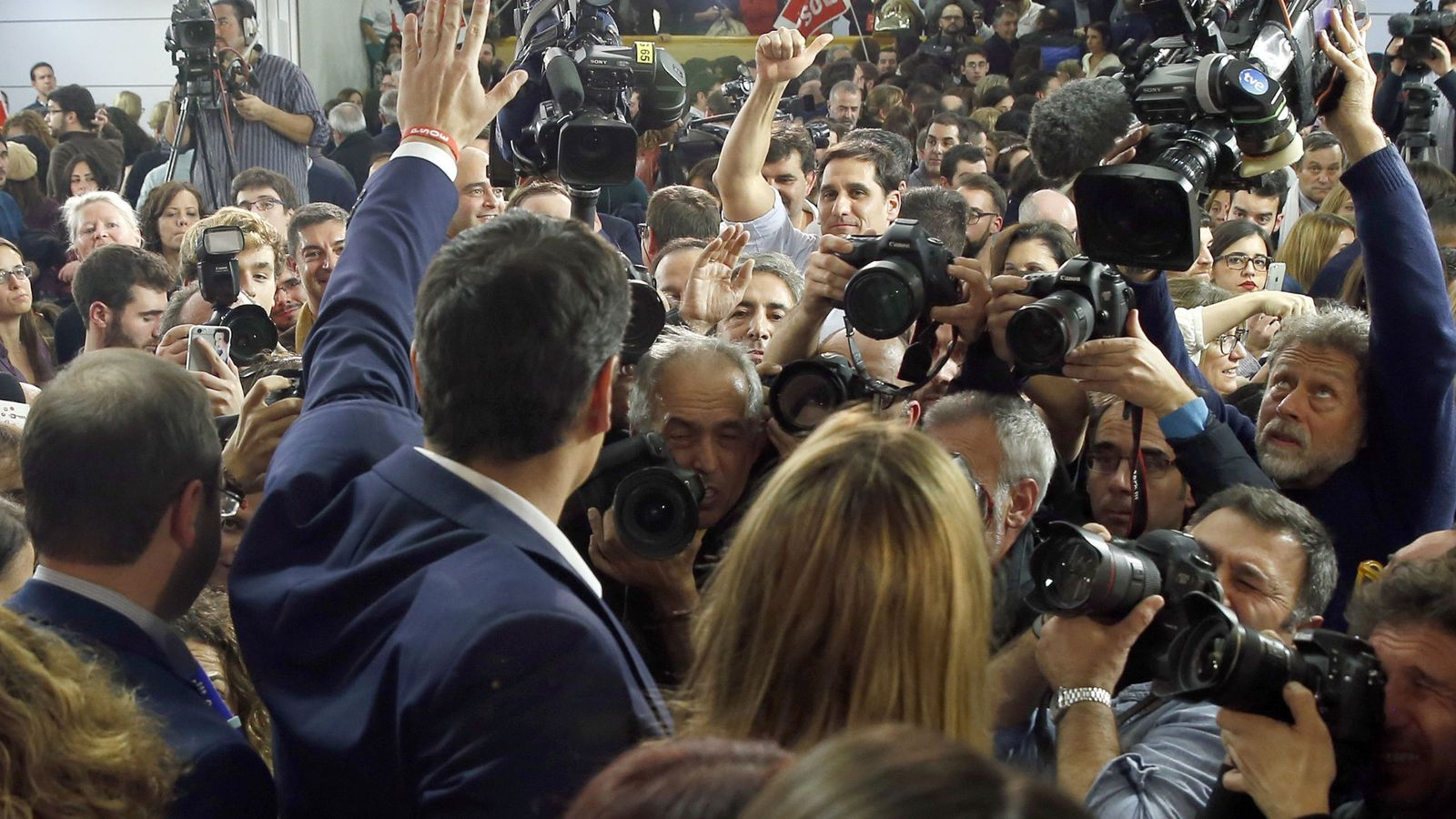 Foto: Pedro Sánchez y su mujer saludan a los simpatizantes congregados en la sede de Ferraz. (EFE)