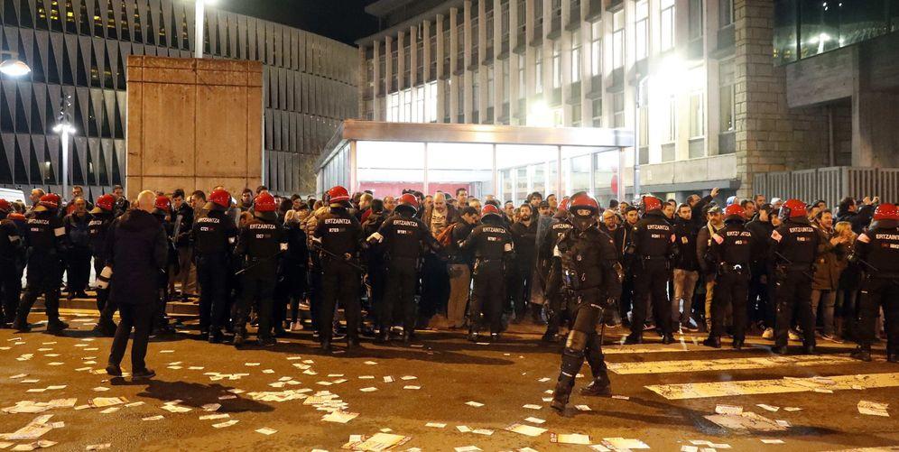 Foto: Antidisturbios de la Ertzaintza montan un cordón policial ante piquetes en el acceso a Bilbao por San Mamés. (EFE)