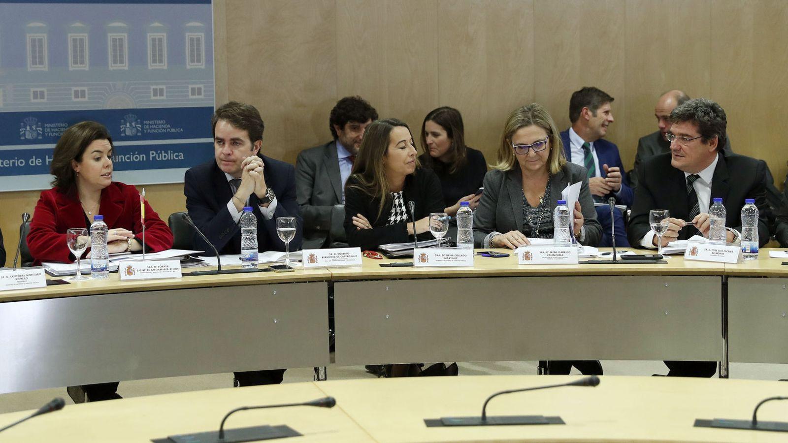 Foto:  La vicepresidenta del Gobierno, Soraya Sáenz de Santamaría (2i), y el ministro de Hacienda, Cristóbal Montoro (i), presiden la última reunión del año del Consejo de Política Fiscal y Financiera. (EFE)