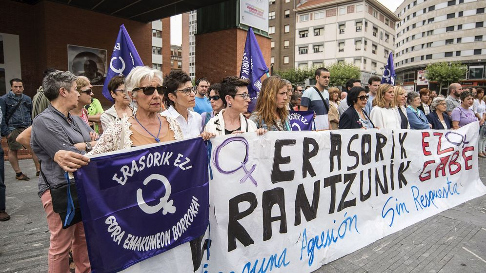 Foto: Foto de archivo de una concentración de condena en el Ayuntamiento de Barakaldo tras la detención del presunto autor de una agresión sexual a una mujer en 2016. (EFE)