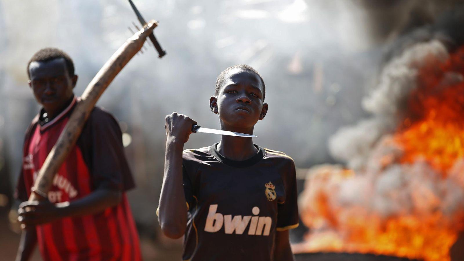 Foto: Un joven gesticula ante la cámara durante una protesta después de que tropas francesas abriesen fuego en Bambari (República Centroafricana).