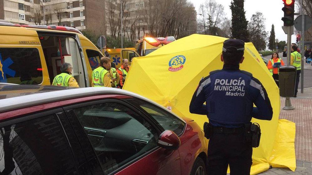 Foto: Personal sanitario y agentes de Policía Local atienden a la víctima del atropello. (Emergencias Madrid)