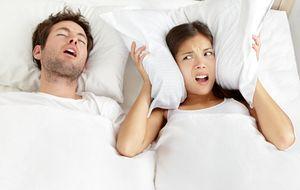 Los diez peores problemas que tienen las parejas en la cama, resueltos (y no, no va de sexo)