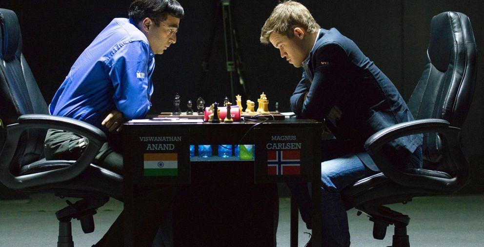 Foto: Magnus Carlsen y Viswanathan Anand, durante una partida del Campeonato del Mundo de ajedrez (EFE)