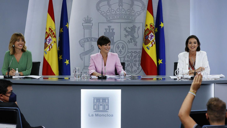 Reyes Maroto, a la derecha, junto a las nuevas ministras de Educación, Pilar Alegría (i), y de Política Territorial y portavoz del Gobierno, Isabel Rodríguez (c), la semana pasada. (EFE)