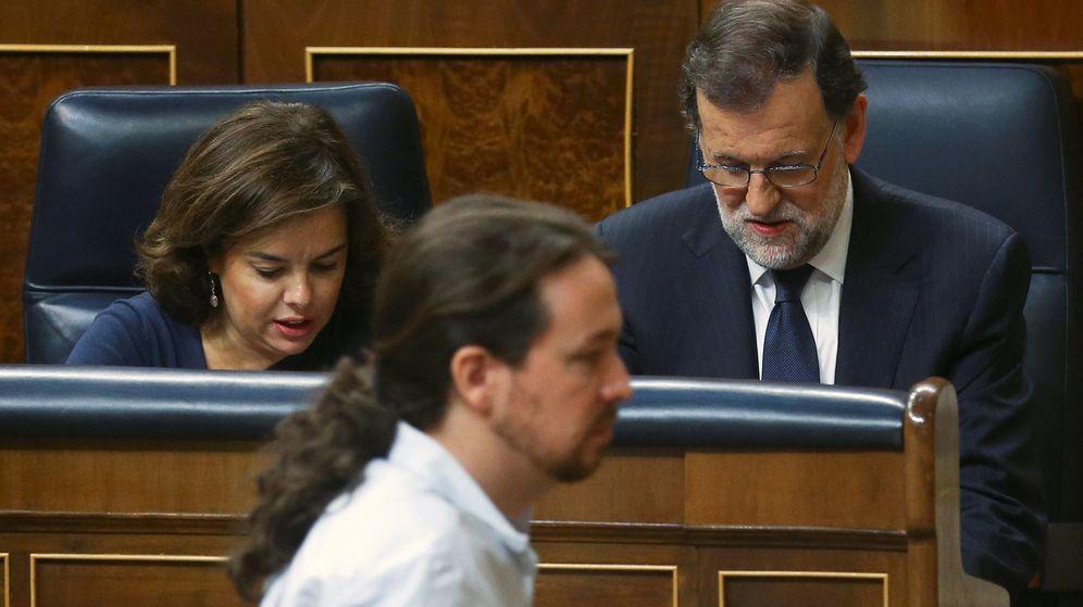 Foto: El líder de Podemos, Pablo Iglesias (i), y el presidente del Gobierno en funciones, Mariano Rajoy (d), durante sus respectivas intervenciones en la segunda jornada del debate de la investidura. (Reuters)