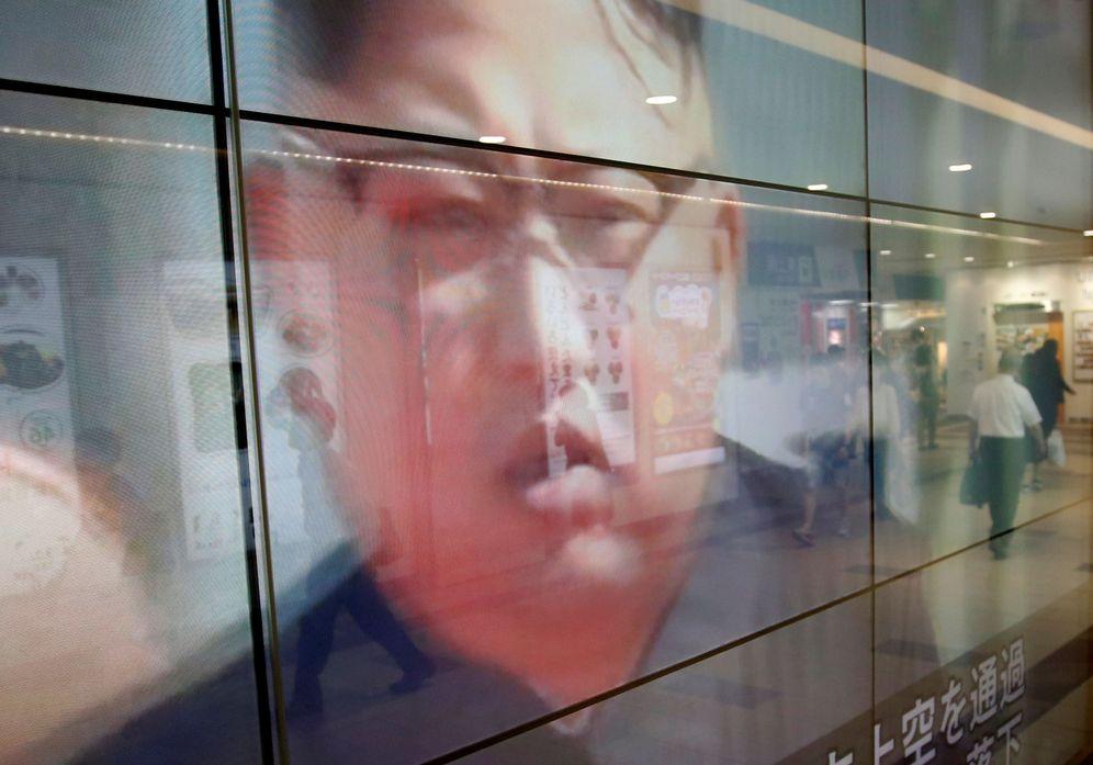 Foto: El rostro de Kim Jong-un se refleja en los cristales de unos grandes almacenes durante un informativo en Tokio, Japón, el 15 de septiembre de 2017. (Reuters)