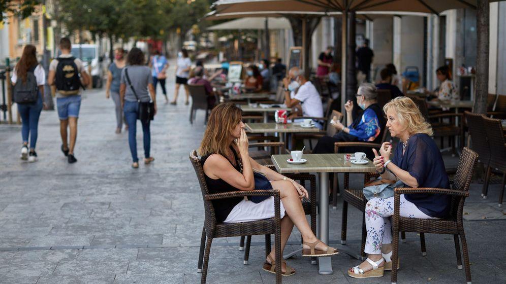 Foto: Unas clientas toman café en la terraza de un bar de Girona. (EFE)