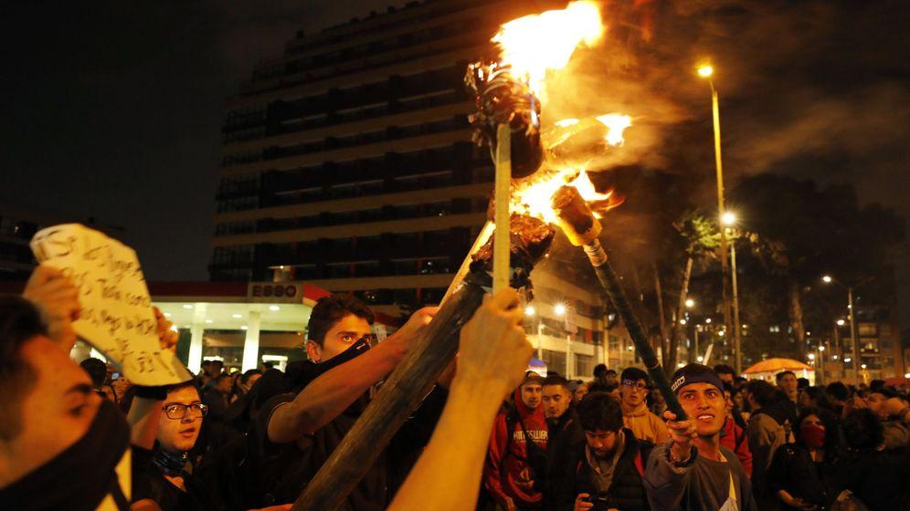 Foto: Manifestantes con antorchas en Bogotá. (EFE)