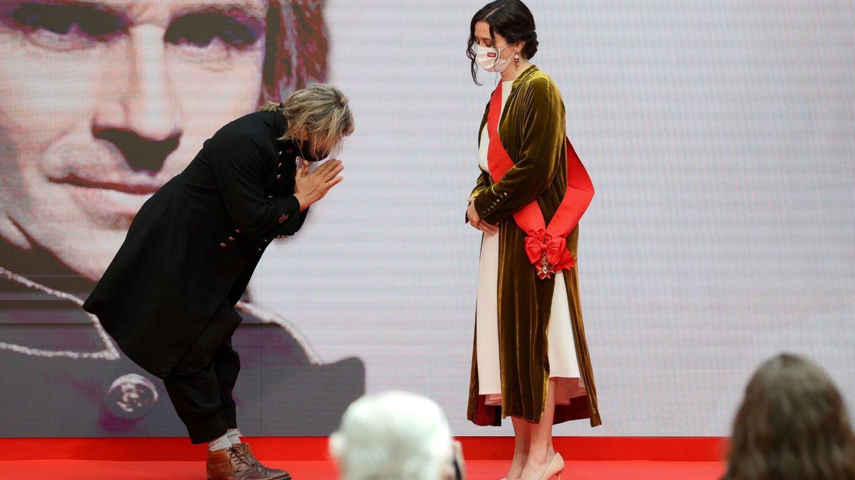 La presidenta de la Comunidad de Madrid, Isabel Díaz Ayuso, hace entrega de la Gran Cruz de la Orden del Dos de Mayo al músico Nacho Cano. (EFE)