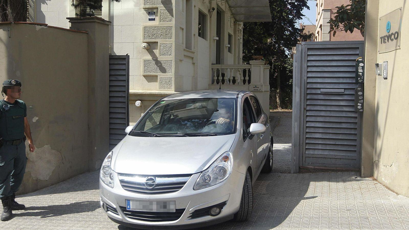 Foto: Un vehículo sale de la empresa Teyco durante el registro. (EFE)