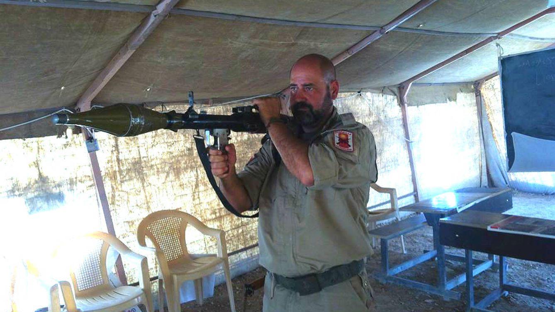 Foto: Juan Manuel Soria, entrenando a yazidíes en el manejo de RPG.