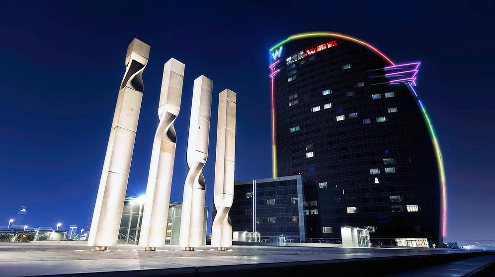 Foto: El W Barcelona, iluminado para la semana del Orgullo.