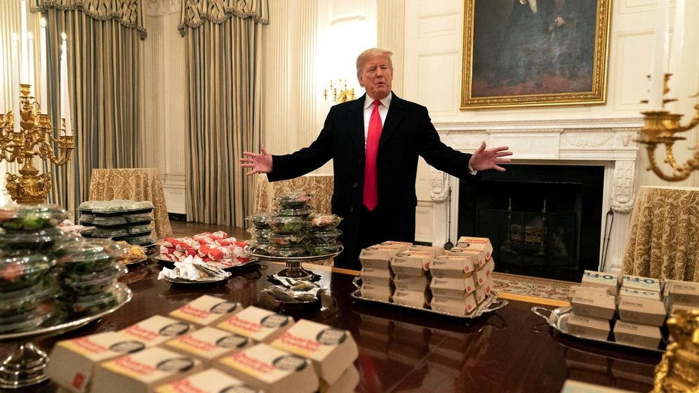 Foto: Donald Trump, delante de los cientos de hamburguesas que ofreció a los Clemson Tigers en la Casa Blanca