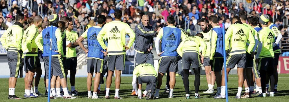 Foto: Zidane da instrucciones durante un entrenamiento del Real Madrid (EFE)