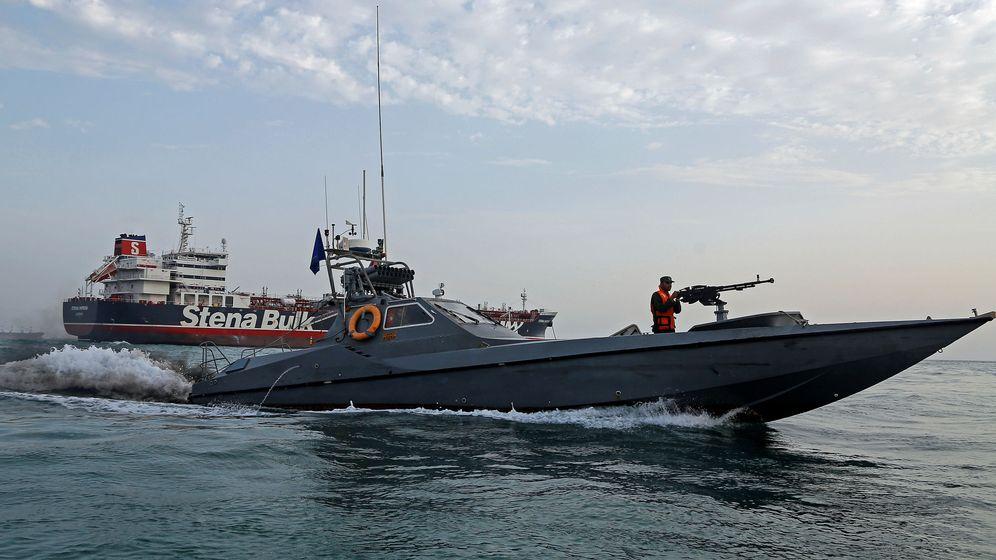 Foto: Una embarcación de la Guardia Revolucionaria de Irán cerca del Stena Impero. (Reuters)