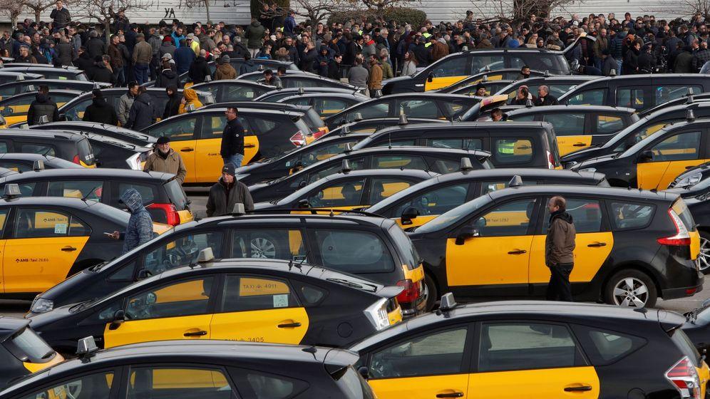 Foto: Los taxistas catalanes, en huelga indefinida. (EFE)