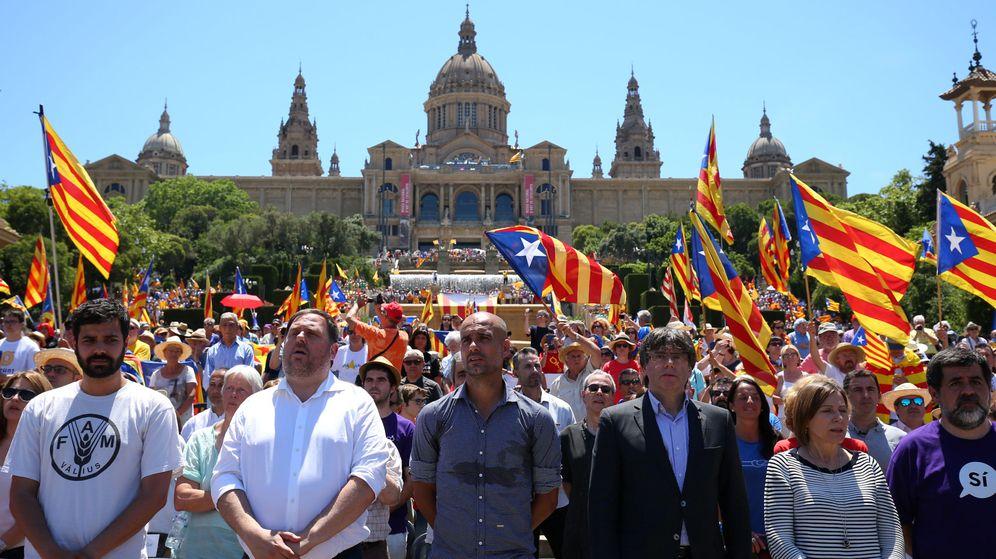 Foto: Puigdmont junto a Junqueras en un acto a favor del referéndum en Barcelona. (Reuters)