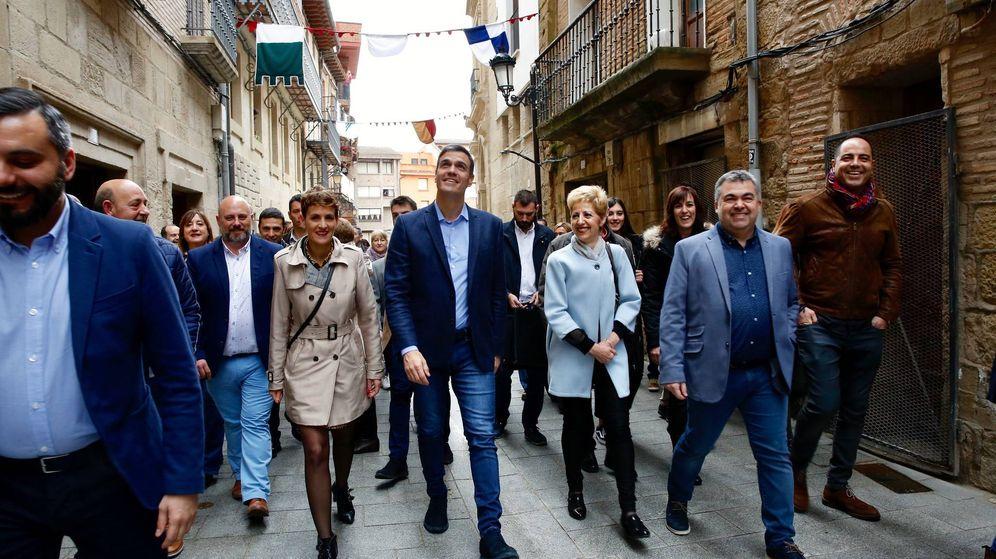 Foto: Pedro Sánchez, con la secretaria general del PSN-PSOE, María Chivite, y Santos Cerdán (2d), secretario de Coordinación Territorial del PSOE. (EFE)