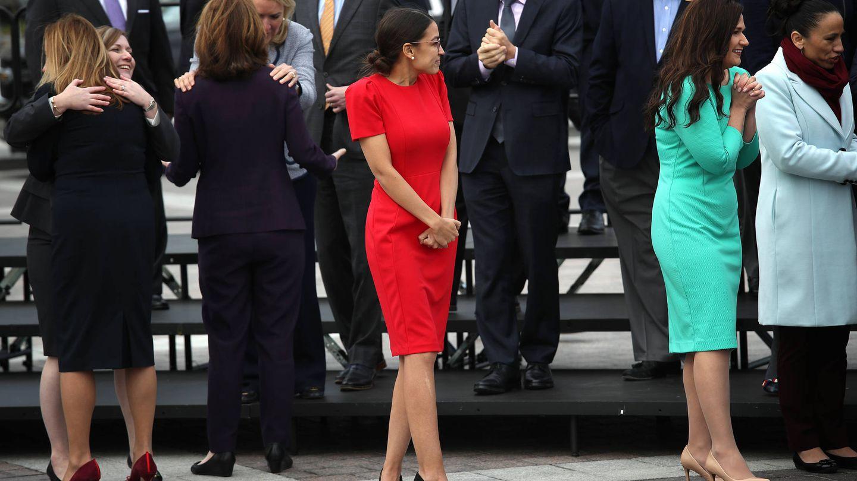 Alexandria Ocasio-Cortez (de rojo) en Washington. (Getty)