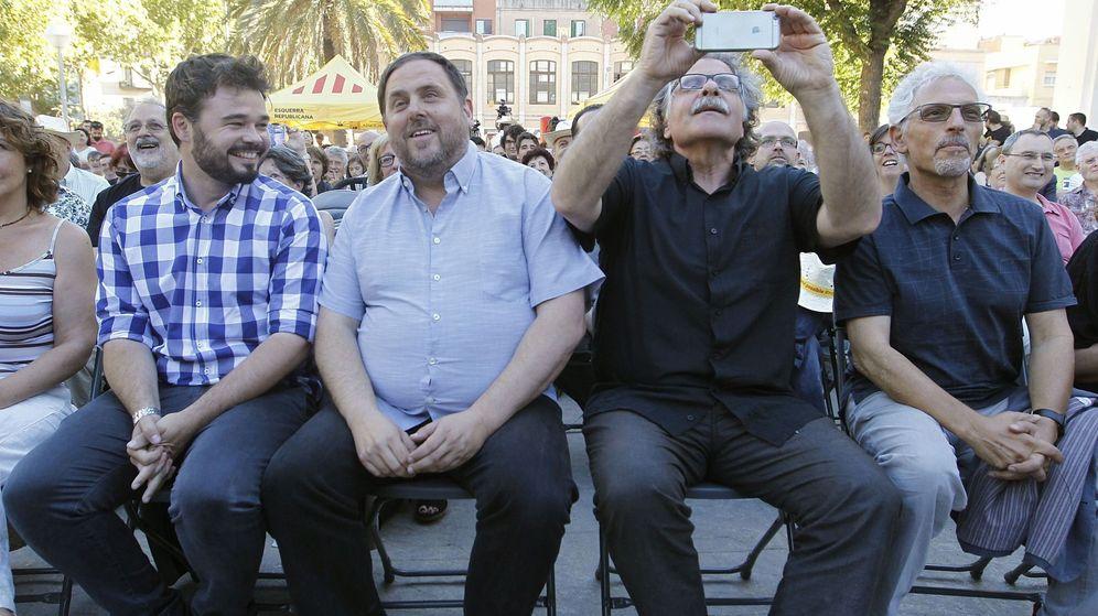 Foto: Los dirigentes de ERC Gabriel Rufián (i), Oriol Junqueras (2i), Joan Tardà (2d) y Santi Vidal, en un mitin en Barcelona. (EFE)